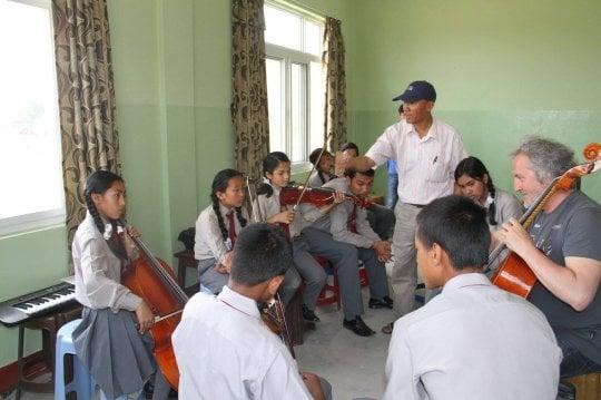 """Brunello, musicista alpinista dalle Dolomiti al Nepal: """"Bella ciao coi baby violoncellisti"""""""