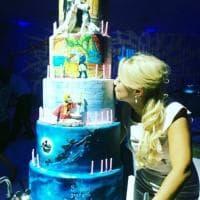 Villa Certosa, Francesca Pascale festeggia il compleanno con Berlusconi: torta di 5 piani a tema Disney