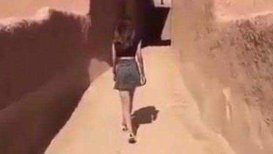 SauditaPosta Video T Arabia Minigonna ShirtArrestata In E 8m0wnOvN