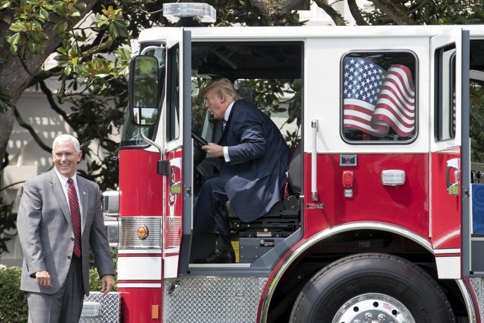 Trump celebra i prodotti Usa al 'Made in America' e si diverte a bordo di un camion dei pompieri