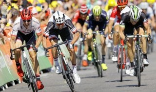 Tour de France, Froome attacca nel vento: ma Aru resiste. Tappa a Matthews