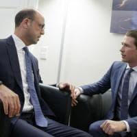 """Migranti, Kurz ad Alfano: """"Tenerli a Lampedusa. Stop flusso verso Nord o chiuderemo..."""