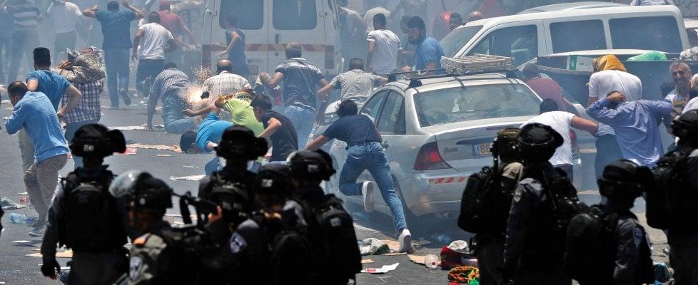 Gerusalemme, scontri alla Spianata delle moschee: tre palestinesi uccisi. Tre israeliani accoltellati a morte in Cisgiordania