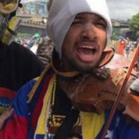 """Venezuela, ferito dai poliziotti il """"violinista della libertà"""""""