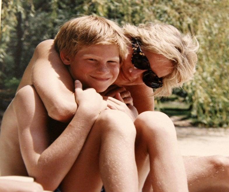 Lady Diana, foto inedite e documentari: il Regno comincia a celebrare la principessa