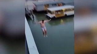 Sfregio di un gruppo di turisti: si tuffano dal ponte di Calatrava