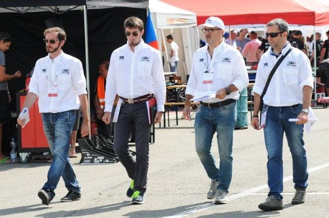 Giudici e volontari alla Formula SAE Italy la competizione non coinvolge solo gli studenti