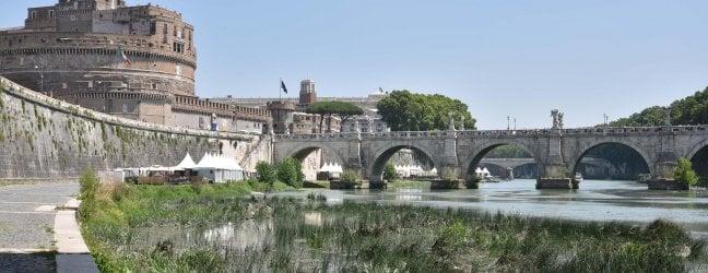 La secca del Tevere a Roma con il letto del fiume in parte invaso dalla vegetazione