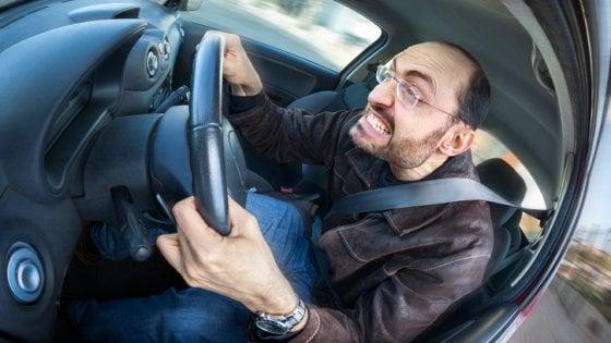 Guidare per più di due ore al giorno ci rende meno intelligenti