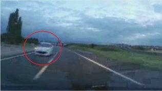 Contromano in autostrada a tutta velocità: sfiora l'auto della polizia