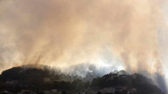 Francia, allarme incendi in Costa Azzurra: migliaia di persone evacuate