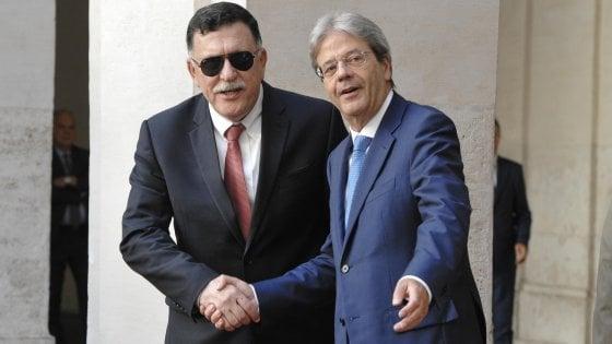 """Libia, Gentiloni: """"Serraj ha chiesto aiuto navale in acque libiche contro trafficanti"""""""