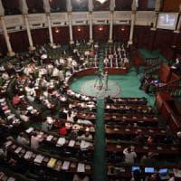 Tunisia, voto storico: approvata legge contro violenza sulle donne