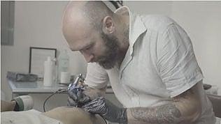 """Nello studio diNicolai Lilin:""""Ora vi educo con i miei tatuaggi siberiani"""""""