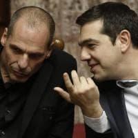 """Tsipras-Varoufakis, volano gli stracci. """"Yanis inadeguato"""", """"Alexis incoerente"""""""
