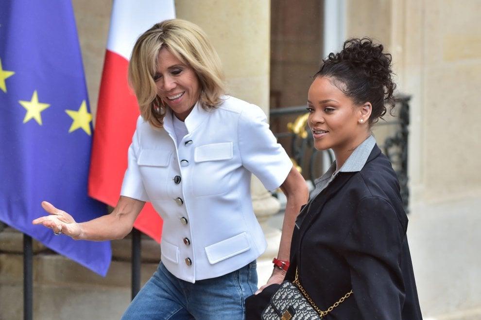 Parigi, dopo Bono all'Eliseo arriva Rihanna: l'incontro con Brigitte Macron