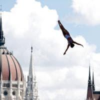 Tuffi da 27 metri: show sul Danubio davanti al Parlamento