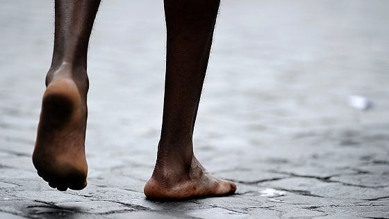 Prima delle mani furono i piedi: dalle orme preistoriche alla maratona, il lungo viaggio della corsa