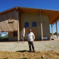 ''Niente gas, solo pannelli solari e paglia: ecco la mia casa a impatto