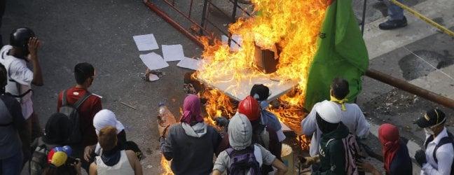 Manifestanti in piazza a Caracas