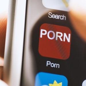 """""""Tutta colpa della pornografia online"""". Ma fa veramente male alla salute?"""