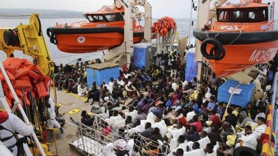 """Migranti, appello del commissario Ue Avramopoulos: """"Tutte le Ong firmino il Codice"""""""