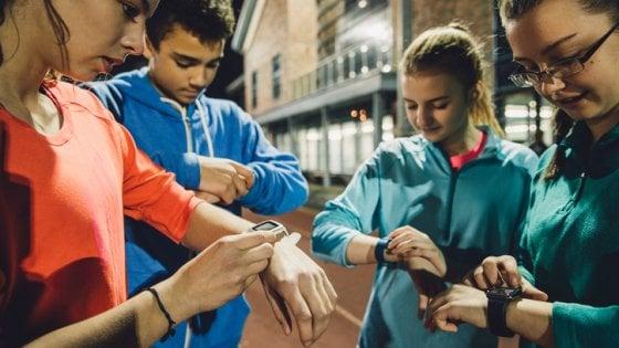 """Altro che esercizio, i fitness tracker scoraggiano i teenager. Uno studio britannico: """"L'effetto dura poco"""""""