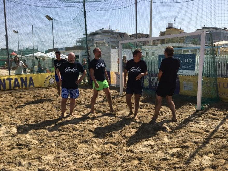Pd, Renzi e Richetti sfidano a beach soccer i campioni del passato