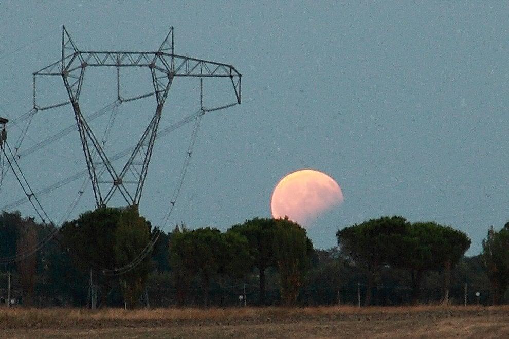 La Luna e il castello, lo show dell'eclissi parziale al tramonto