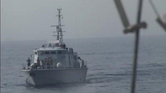 """Migranti, la denuncia della Ong spagnola: """"I libici hanno sparato contro la nostra nave"""""""