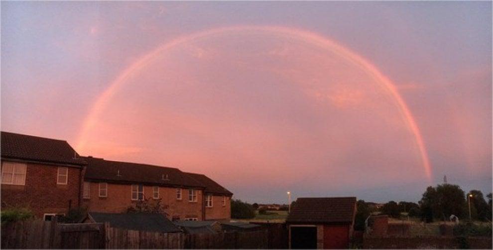 Gb, magia al tramonto: l'arcobaleno si colora di rosa