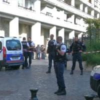 Francia, auto investe militari alle porte di Parigi: le immagini