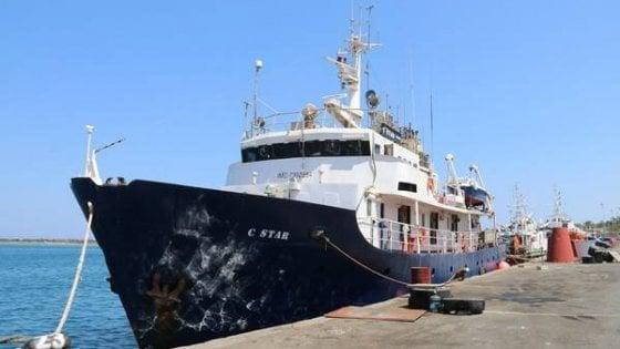 In avaria la 'nave nera' anti-migranti degli estremisti di destra: soccorsa da una Ong rifiuta l'aiuto