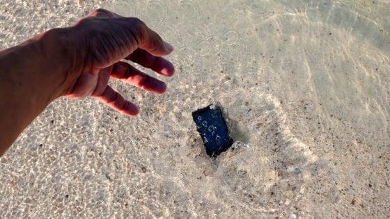 L'incubo dell'estate: cosa fare se ti cade lo smartphone in acqua