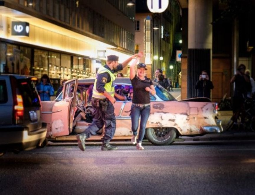 Stoccolma, il poliziotto balla in strada: lo scatto è virale