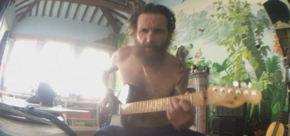 "Jovanotti suona per i fan su Fb: ""Godetevi la vita"""