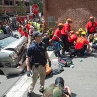 Usa, auto si lancia su un corteo antirazzista: un morto e 30 feriti in Virginia