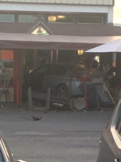 Francia, auto contro una pizzeria nei pressi di Parigi: le immagini