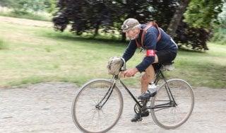 Addio Luciano: baffoni bianchi e bici antica, immagine del ciclismo eroico