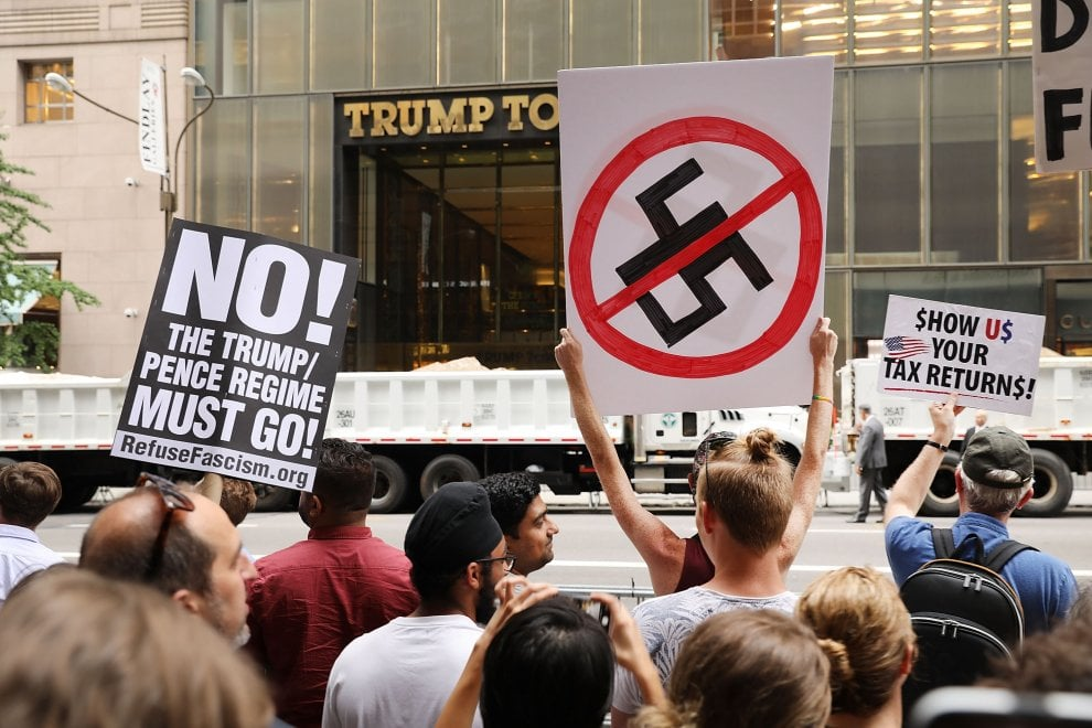 New York, proteste contro il tycoon di fronte alla Trump Tower