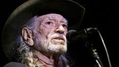 Willie Nelson interrompe concerto per malore