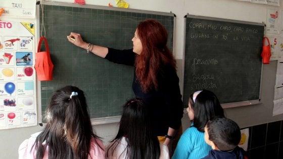 """Scuola, la rivolta dei docenti: """"Stipendi uguali per tutti e in linea con quelli europei"""""""