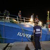 """Bernard Kouchner: """"Le Ong tornino in mare, ritirarsi è sbagliato. Ma dove sono Onu e Ue?"""""""