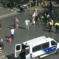 """Barcellona, furgone sulla folla in pieno centro: molti feriti. Media: """"E' un attentato"""""""