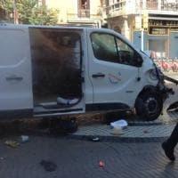 Terrore a Barcellona, furgone contro la folla sulla Rambla: il fotoracconto