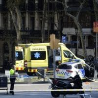 """Attentato a Barcellona, furgone sulla folla della Rambla. La polizia: """"Ci sono morti e..."""