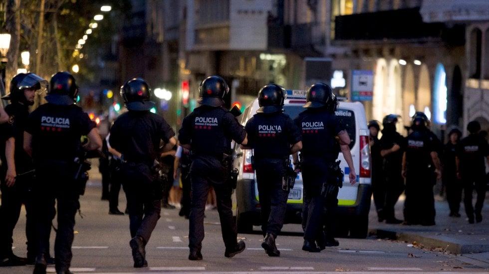 Attacco anche a Cambrils, terroristi uccisi video.Sulla Rambla 13 morti per il furgone sulla folla.Timore per italiani · Due arresti, autista fugge.