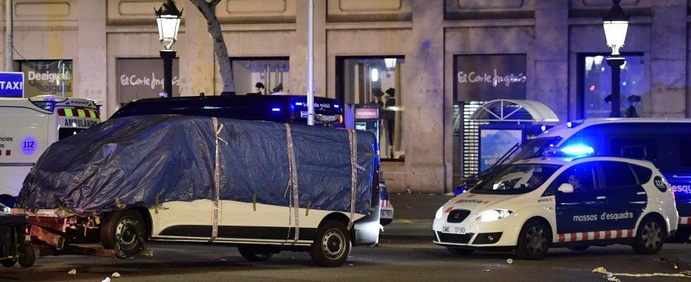 Attentato a Barcellona, furgone sulla Rambla: 13 vittime. Presi 2 terroristi, autista in fuga. Secondo attacco nella notte a Cambrils
