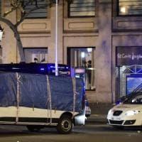 Attentato a Barcellona, furgone sulla Rambla: 13 vittime. Presi 2 terroristi, autista in...