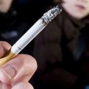 Trieste, fuma in auto col figlio minorenne: multa da 110 euro